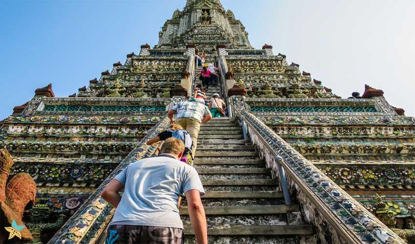بالا رفتن از پلههای معبد وات آرون