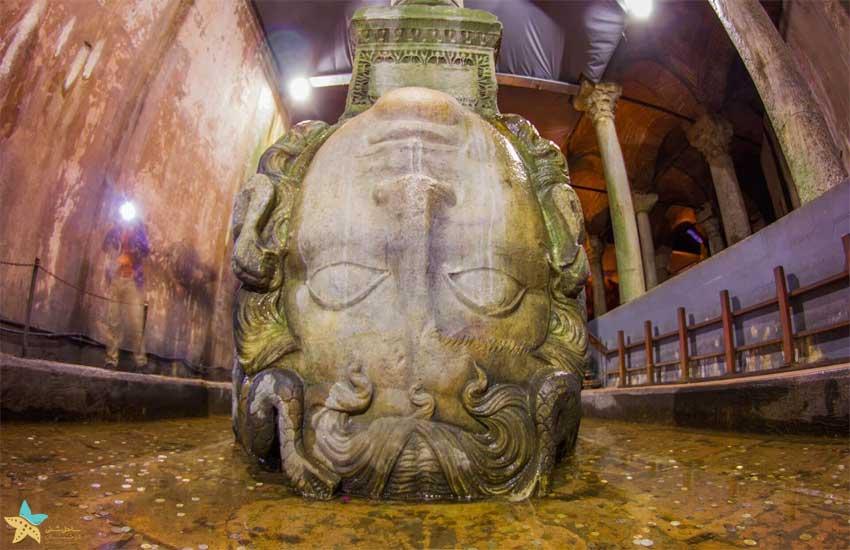 مجسمهی بزرگ داخل آب انبار