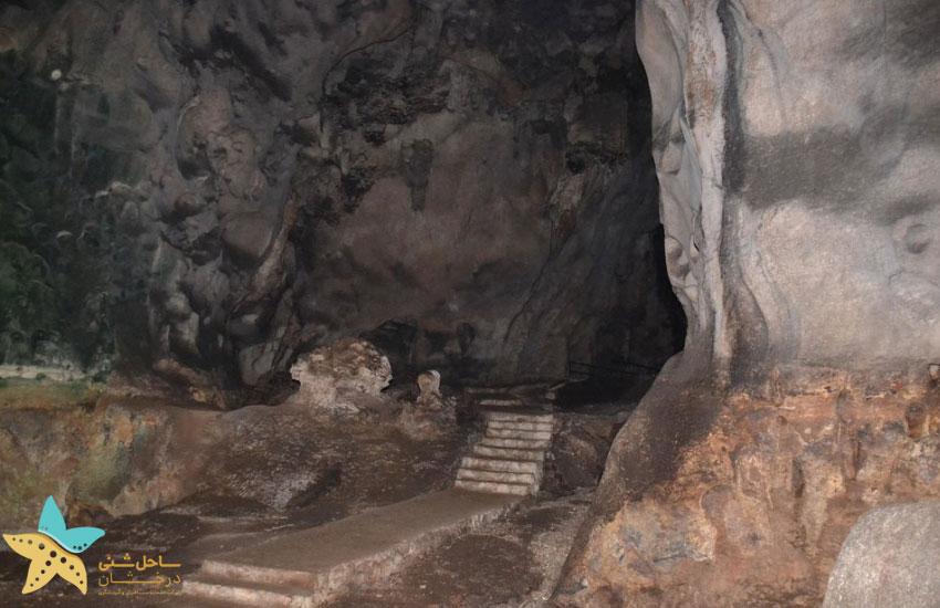 درون غار تاریک