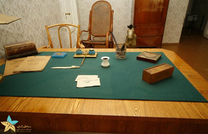 میز داستایوسکی