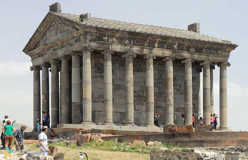 تصویری از نمای کناری معبد گارنی