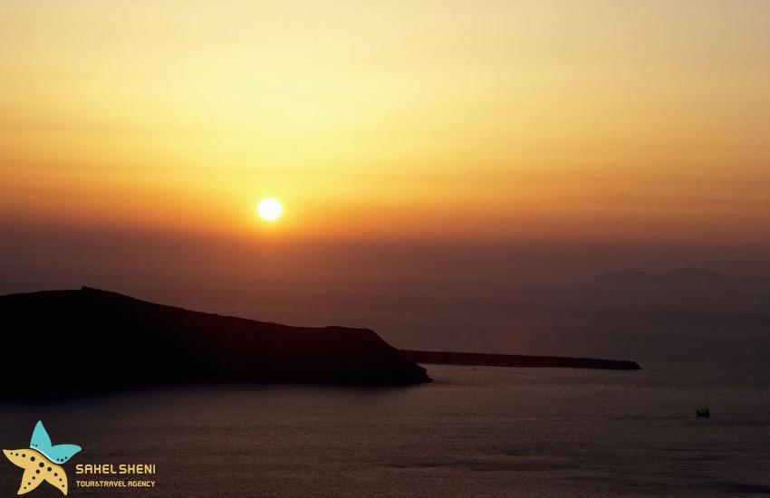 تماشای غروب آفتاب در جزیره سانتورینی