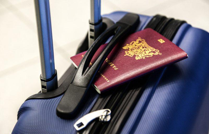 بستن چمدان برای سفر کاری